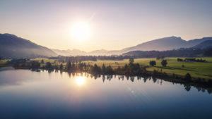 Austria, Tyrol, Kaiserwinkl, Widok z lotu ptaka na jezioro Walchsee o wschodzie słońca