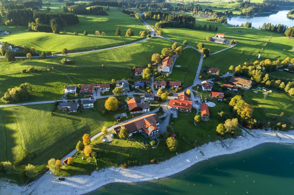 Wioska nad jeziorem Forggensee, Szwaben - Szwabia, Alpy Bawarskie, Bawaria, Niemcy.