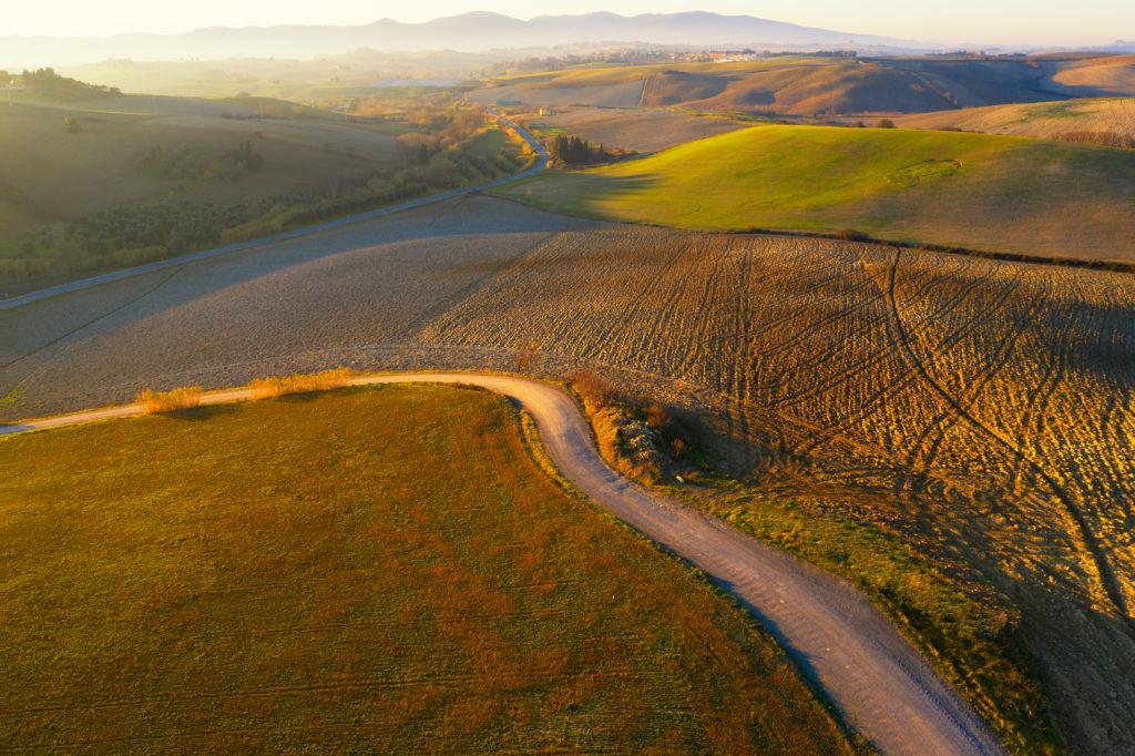 Widok z lotu ptaka na chodnik na wsi